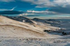 Śnieżna droga i góry w zimie Zdjęcie Stock