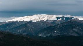 Śnieżna droga i góry w zimie Zdjęcie Royalty Free