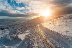 Śnieżna droga i góry w zimie Obraz Stock