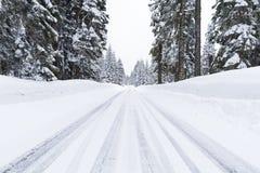 Śnieżna droga z lodowatymi warunkami Obrazy Royalty Free