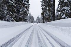Śnieżna droga z lodowatymi warunkami Zdjęcia Stock