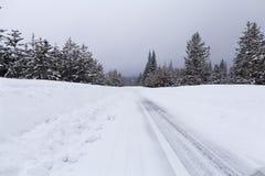 Śnieżna droga z lodowatymi warunkami Obraz Royalty Free