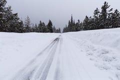 Śnieżna droga z lodowatymi warunkami Fotografia Stock