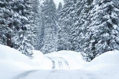 Śnieżna droga z lodowatymi warunkami Zdjęcie Stock