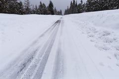 Śnieżna droga z lodowatymi warunkami Zdjęcia Royalty Free