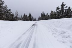 Śnieżna droga z lodowatymi warunkami Obraz Stock
