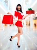 Śnieżna dziewczyna z torba na zakupy i pudełkowatym prezentem zdjęcie royalty free