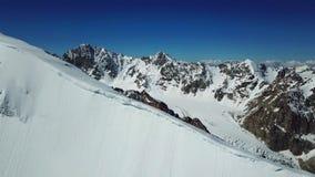 Śnieżna faleza i niewiele ludzi Wierzchołek szczyt, panorama niebieskie niebo i góry, zdjęcie wideo