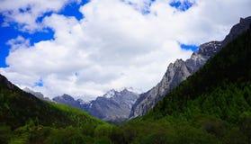 Śnieżna góra Daocheng i niebo Obraz Royalty Free