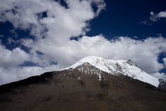 Śnieżna góra i chmura Zdjęcie Royalty Free