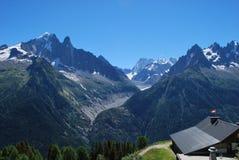 Śnieżna góra i dom Obrazy Royalty Free