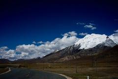 Śnieżna góra i droga Zdjęcia Royalty Free