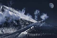 Śnieżna góra i księżyc Fotografia Royalty Free