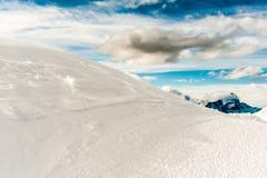 Śnieżna góra i niebieskie niebo Fotografia Stock