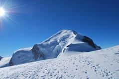 Śnieżna góra i słońce Obrazy Stock