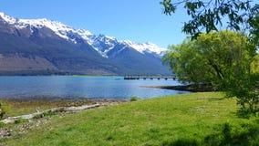 Śnieżna góra, jezioro i góra w Nowa Zelandia, fotografia stock