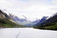 Śnieżna góra, Pogodna dolina i nabrzeże scena, zdjęcia royalty free