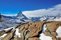 Śnieżna góra z jasnym niebem Obrazy Stock