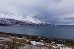 Śnieżna góra z jeziornym widokiem Obraz Royalty Free