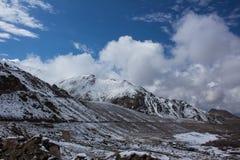 Śnieżna góra z pięknym niebem Obraz Royalty Free