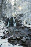 Śnieżna halna zatoczka z kaskadą obrazy stock