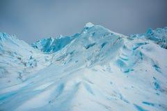 Śnieżna pokrywa błękitny lodowiec w świetle dziennym Shevelev Obraz Stock