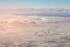 Śnieżna pokrywa nad czarną wulkan górą, Iceland Fotografia Royalty Free