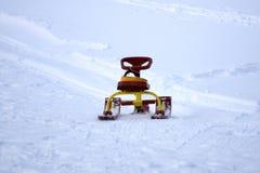 Śnieżna sanie kierownica, snowmobile i zdjęcia royalty free