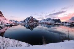 Śnieżna Skandynawska wioska z otaczającą górą na linii brzegowej zdjęcie royalty free