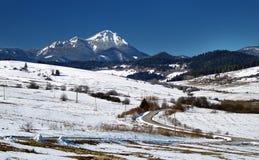 Śnieżna wieś i góra Fotografia Stock
