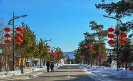 Śnieżna wioska z czerwonymi lampionami fotografia royalty free