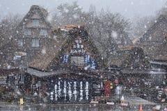 Śnieżna wiosny Czereśniowego okwitnięcia Shirakawago góry domu Drzewna architektura Japonia Fotografia Stock