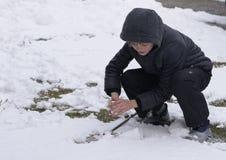Śnieżna zima chłopiec foremki od śniegu obrazy royalty free