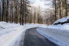 Śnieżna zimy droga w Juliańskich Alps obraz royalty free