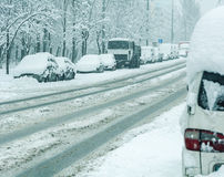 Śnieżna zimy droga z samochodami w śnieżnej burzy Zdjęcie Royalty Free