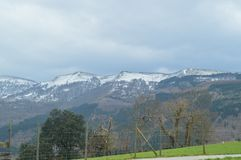 Śnieżne góry Gorbeia parka narodowego widoki Od Urigoiti Natur gór krajobrazy Zdjęcie Royalty Free