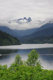 Śnieżne góry nad jeziorem zdjęcie stock