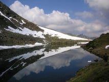 Śnieżne góry odbijać w jeziorze Zdjęcia Royalty Free