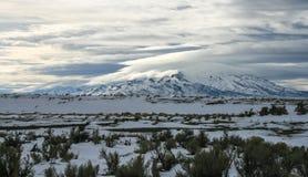 Śnieżne góry z chmurami rozdziela podczas zimy szaleją zdjęcie stock