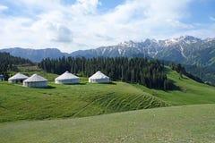 Śnieżne góry z jurtami Zdjęcie Stock