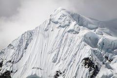 Śnieżne i Lodowe formacje na Yerupajà ¡ Chico, Cordillera Huayhuash, Peru Zdjęcie Royalty Free
