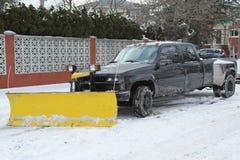 Śnieżnego pługu ciężarówka w Brooklyn, NY przygotowywający czyścić ulicy po tym jak masywna zimy burza Helen uderza północnego ws Obraz Stock