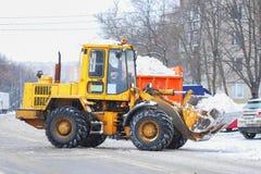 Śnieżnego usunięcia maszyna na śnieżystej drodze po wysokiego śnieżycy w Moskwa Zdjęcia Stock
