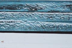 Śnieżnej ławki farby drewnianej tekstury zimy ciszy calmness błękitny biały zimny kolor marznący wykłada horyzontalnego Obraz Stock