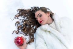 Śnieżnej białej dziewczyny struty jabłko Fotografia Royalty Free