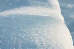 Śnieżni błyszczący dryfy i spada śnieg obraz stock