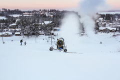 Śnieżni działa na narciarskim skłonie obrazy stock