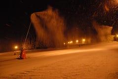 Śnieżni działa produkujący śnieg na skłonach fotografia stock