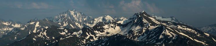 Śnieżni góra wierzchołki Góra Zakzan-Syrt i góra Pshish Obraz Royalty Free