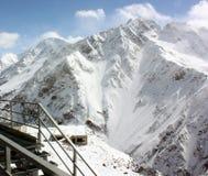 Śnieżni halni skłony przy ośrodkiem narciarskim fotografia royalty free